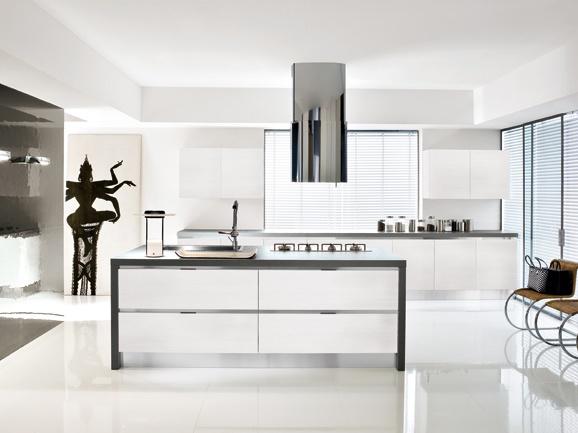 Cucina lineare moderna con penisola centrale bianco lucido e maniglia ad incasso in acciaio.