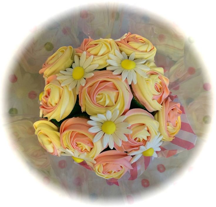 Cupcake bouquet, top view, by www.facebook.com/cakeinspirations