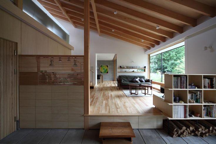 土間からリビングを見る(撮影:Adachi Osamu)(真駒内土間のある家) - リビングダイニング事例|SUVACO(スバコ)