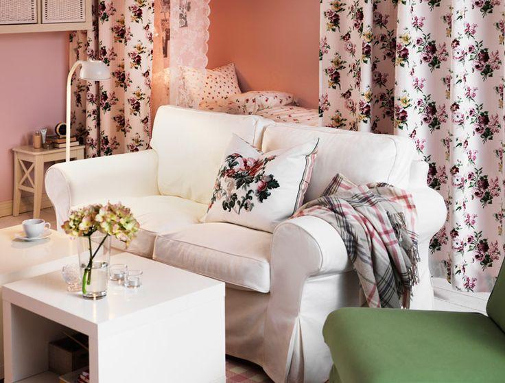 """IKEA Österreich, Inspiration, Wohnzimmer, EKTORP 2er-Sofa mit Bezug """"Blekinge"""", SANDBY Sessel mit Bezug """"Blekinge"""", Vorhänge aus bunter EMMIE ROS Meterware, LACK Beistelltische, EMELINA KNOPP Bettwäsche-Set"""