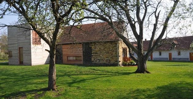 Vestavba dřevěného domu do starší stodoly. Spojení dřeva a kamene mám rád. Architekti Jan Forman a Michal Schwarz.