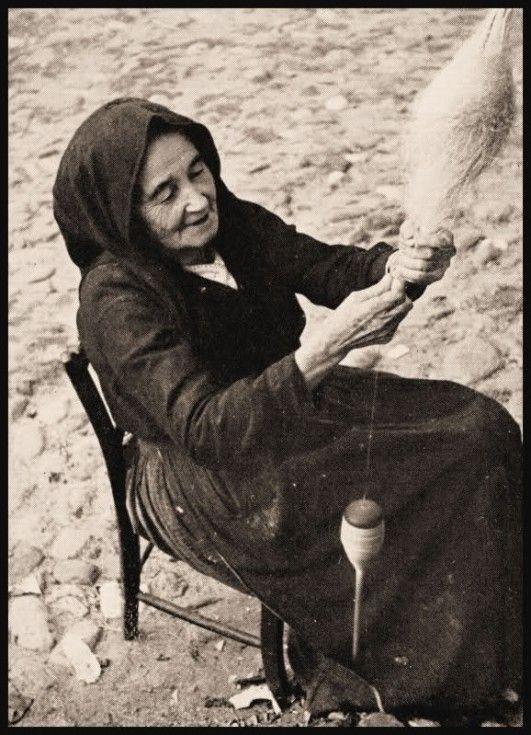 Donna che fila il lino - Fordongianus 1953 #Sardegna #Videmortos #contusu
