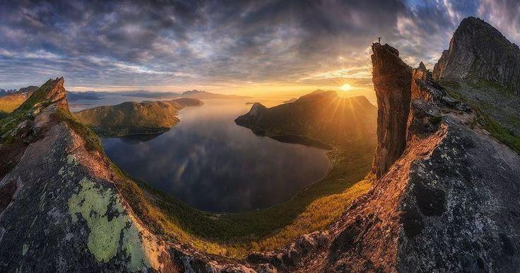 Preikestolen (significa púlpito) si guardas la imagen y la amplías verás a una personita sobre esa roca (a tu dcha.). Dicen que un día ésta caerá al fiordo. Según una leyenda ocurrirá cuando cinco hermanas se casen con cinco hermanos. .............. Fot.: NRoemmelt #preikestolen #noruega #norway #pulpito #atardecer #sunset #mountain #agua #water #naturaleza #nature