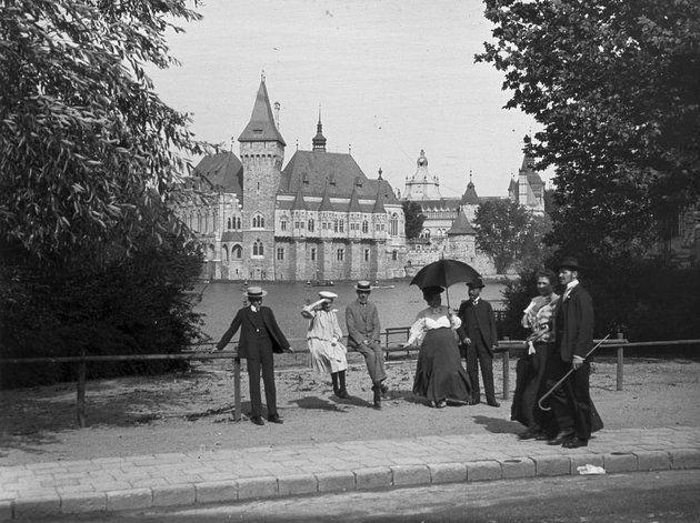 Sétálók a Városligetben, háttérben a Vajdahunyad vára (1907)