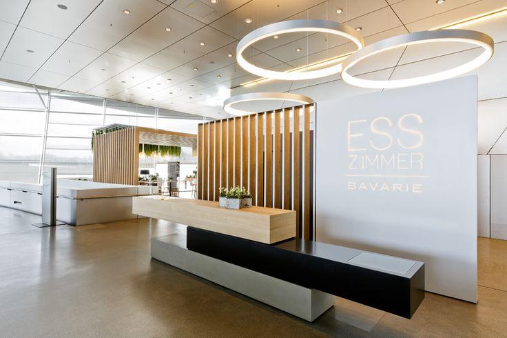 Die Kombination von modernen Design und natürlichen Materialien charakterisiert das Restaurant Bavarie und auch die eleganten Barstühle von Zeitraum.