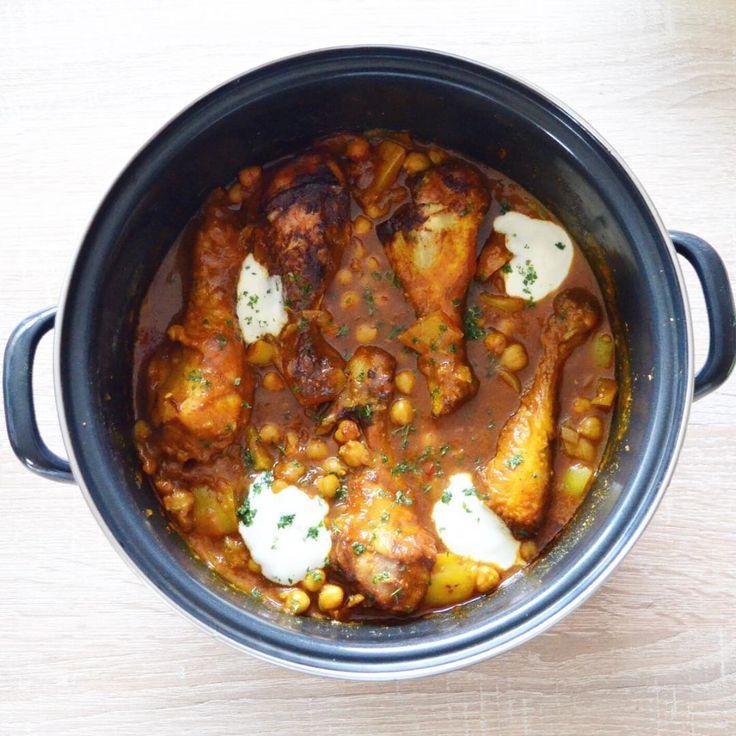 De dagen worden weer donker en kouder oftewel; tijd voor curry! Kimberlymaakt haar pukka currymet kip maar je kunt deze curry ook goed gebruiken om te variërenen experimenteren. Probeer eens een vegetarische variantbijvoorbeeld met tofu of tempeh. Ingrediënten Voor 4 personen 2 uien 2 tenen knoflook 1 stukje gember 2 gele paprika's 1 kippenbouillonblokje 1 rode peper 1 afgestreken tl gemalen kurkuma 2 tl kerriepoeder 8 drumsticks Olijfolie of