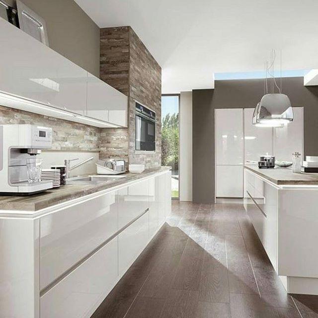 Cozinha deusa em madeira e tons brancos! Curtiu a inspiração? Deixe seu  e comentário! É muito importante para mim!!   Referência: Repost de @arq.paularoque . . #designmnm #kitchen #interior4all #kitchendecor #kitchenideas #cozinha #kitchen #gold #minimalism #brazilianarchitect #minimalismo #architecture #arquitetura #design #decor #white #homedecor #brazil #designdecor #nordcspace #table #wood #work #scandinavian #escandinavo #marble #furniture #minimalistic #minimalmood…
