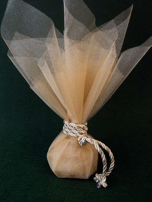 Μπομπονιέρα γάμου χρυσαφί τούλι και δίχρωμο κορδόνι