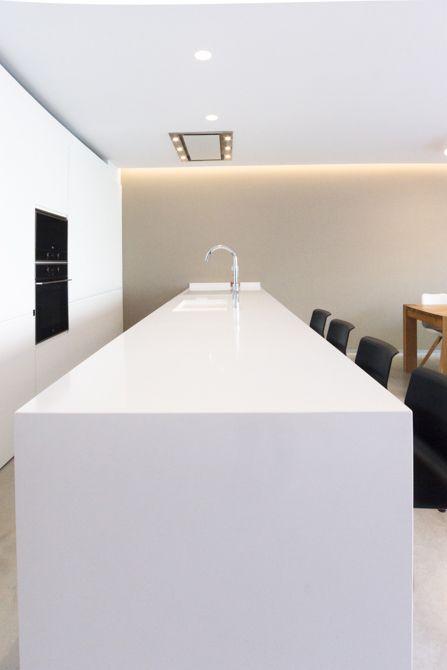 Isla de cocina blanca moderna en vivienda estilo nórdico - Chiralt Arquitectos Valencia