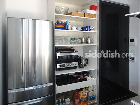 【写真複数あり】IKEA PAXワードローブの組み立てと、食器棚として使う方法を紹介したします。 IKEA PAX is designed for closet. But it is able to use cupboards.Sliding doors are many kinds available.キッチン収納は隠す派と見せる派があると思いますが、わが家は隠す派です。 TOYO KITCHENの食器棚はコンテナのようでかっこよかったのですが、なにせ値段が、、、というわけで。イケアさまの出番です。