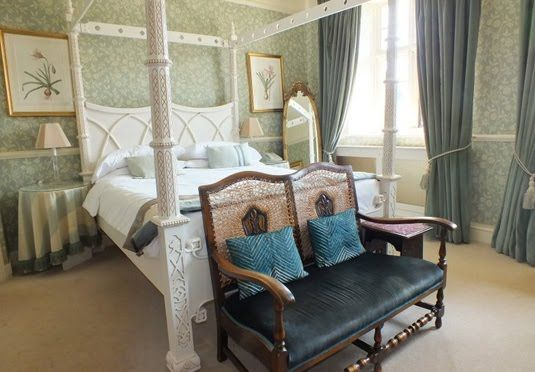 An award-winning Costwolds country house, with full English breakfast, three-course dinner and welcome tea with cookies