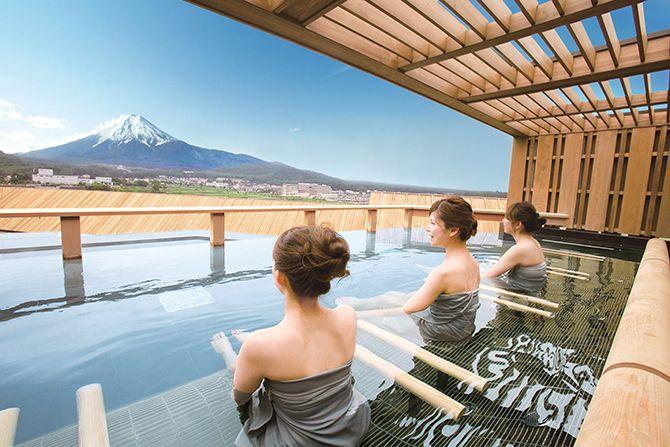今「ご当地コスメ」にも注目が集まっているとか…!? そこで今回は、関東近郊と東北エリアで販売される、ご当地コスメを厳選してご紹介します。会津の天然炭酸水を使用した洗顔フォームに、富士山の湧水を配合したハンドクリーム、新潟の銘酒を使った洗顔フォームやフェイスジェルなど、気になるアイテムが続々登場。 パッケージもかわいく進化しているので、人とはかぶらない、おしゃれで優しい化粧品をゲットしたい!という、おしゃれ女子にもおすすめです。ぜひチェックしてみてください。