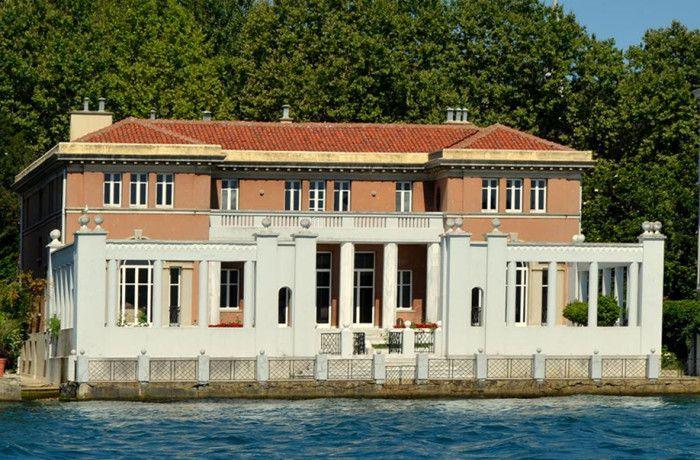 YENIKÖY HAYRETTIN BARAN YALISI  İstanbul Boğazı'nın Rumeli yakasında Yeniköy Köybaşı Caddesi'nde Yeniköy Vapur iskelesinin iki yalı güneyindedir. 1930 tarihlerinde Feridun Bey tarafından yaptırılmış yalı Boğaziçi'nde nadir görülen bir tarzdadır.  Yapının stili Kuzey İtalya Göl mimarisinden esinlenmiştir. İtalyan göl konaklarına benzer bir mimarisi olan yalı beton olarak yapılmış üç katlıdır. Yapı dikdörtgen bir plana sahiptir. Alt kat fazla yüksek tavanlı olmayan bir servis katıdır.