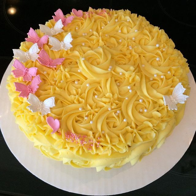 Dagens #bakst til #navnefest - #suksessterte :) #bake #baking #kake #cake #suksesskake #gulkake #sommerfugl #almond #butterfly #swirl #successcake #dåp #jente #pink #godtno #bakemag #helenorgebaker #helenorgeskaker #morshjemmebakte #brodogkorn #nrkmat #matprat #kakeprat #feedfeed #f52grams