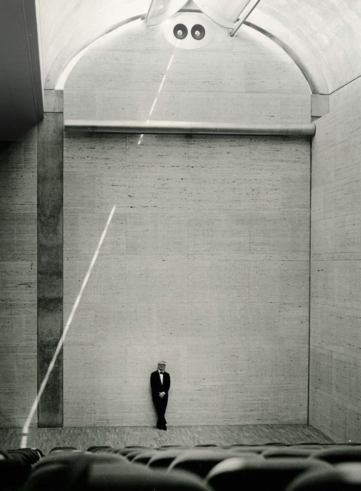 Louis Kahn en el Kimbell Art Museum 1972  foto de Robert Wharton