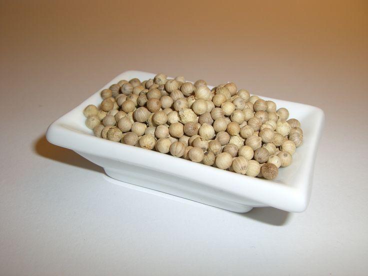 Der weiße Pfeffer entsteht aus den vollreif geernteten roten Beeren, deren äußere Schicht entfernt wird.  Man verwendet ihn vorwiegend für Soßen. Bei vielen Köchen ist er beliebter als schwarzer Pfeffer aufgrund seines aromatischeren Geschmacks.  Muntok ist bei Kennern der beliebteste weiße Pfeffer aufgrund seines ausgeprägten Aromas.