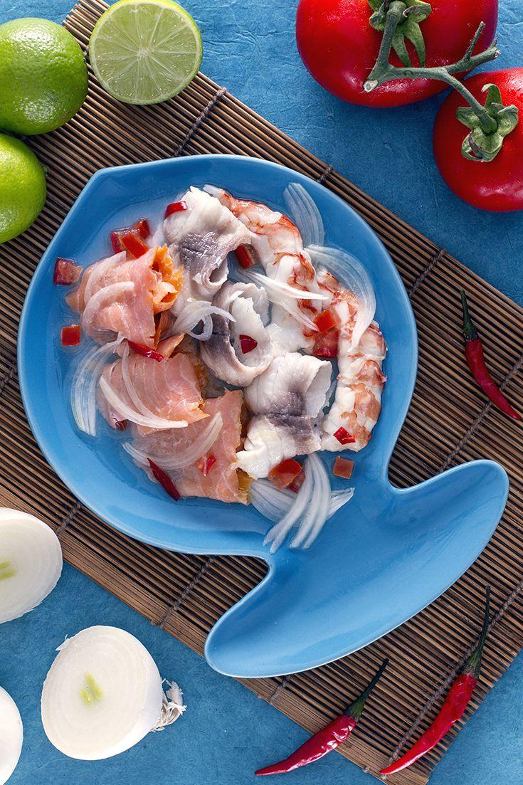 Una fresca #insalata di #pesce è il massimo quando inizia la stagione calda! Il #ceviche, tipico dei paesi #latinoamericani, è l'ideale: sottile #carpaccio di #salmone, #orata e #gamberi interi sono adagiati in una saporita #marinatura, che dà la marcia in più al piatto! #ricetta #GialloZafferano #italianfood #italianrecipe #italianfishrecipe #ExpoMilano2015