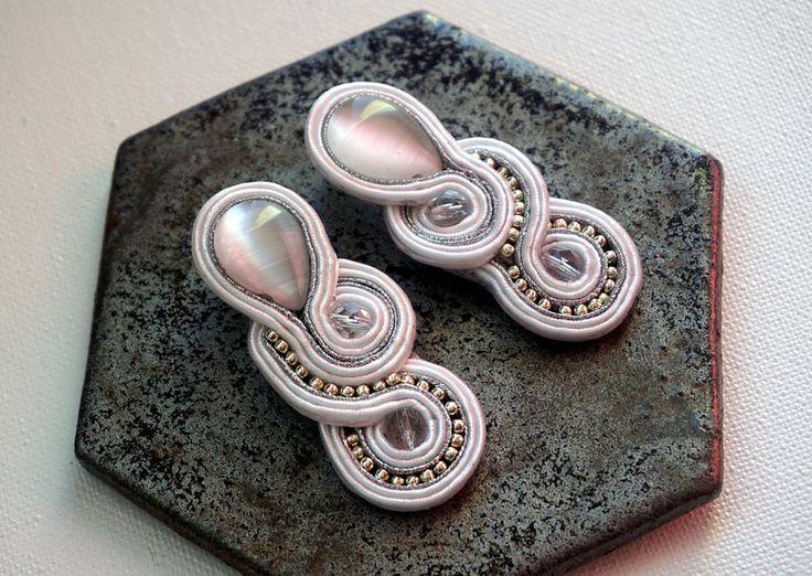 Biało srebrne kolczyki sutaszowe - HekateArt - Kolczyki wkrętki