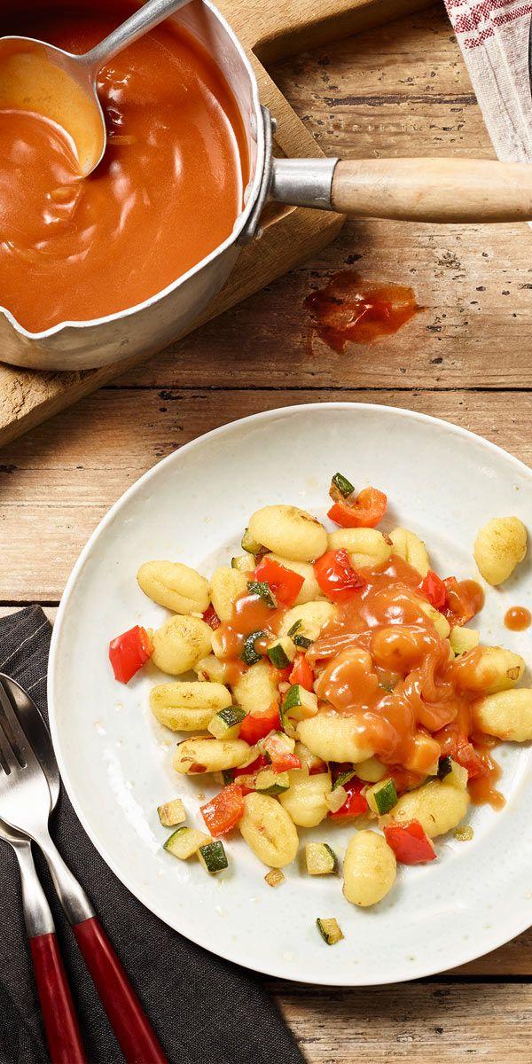 Das schmeckt Groß & Klein: Gnocchi-Pfanne mit Zucchini und Paprika. Dazu gibt's eine leckere Tomatensauce von Maggi.