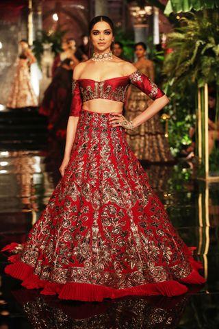 Manish Malhotra, India Couture Week: www.explosivefashion.in/runway-report/manish-malhotra-india-couture-week-2016-8.html