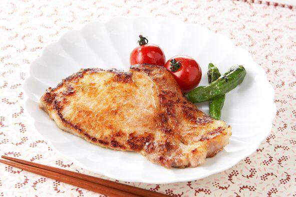 Свиная корейка в яблочном маринаде   Свиная корейка в яблочном маринаде, получается очень сочной и вкусной. Готовится такое мясо менее чем за 1 час. Такая свинина очень популярна в Японской кухне.