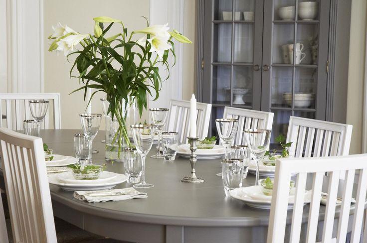 Store   Englesson - Möbler i klassisk elegant stil med vackra detaljer Stockholm är en stilfull och klassisk gustaviansk serie där det finns rena linjer och en fin balans mellan dåtid och nutid. Möblerna har sitt urprung i traditionellt svenskt hantverk och är alla målade för hand. Möblerna tillverkas i furu från noga utvalda skogsbruk och för varje träd som används planteras åter ett nytt. Stockholm är en möbelserie finns i färgerna Whitewash, Grey och Black. I Stockholm-serien finns…