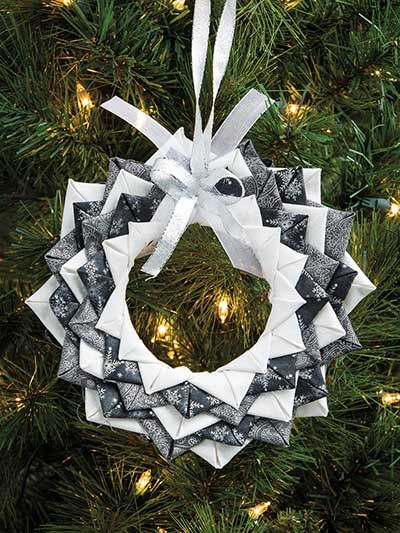 The complete no-sew pattern includes step-by-step photo diagrams and instructions to create a beautiful ornament for your Christmas tree, or just to decorate around the house. Perfect for kids and adults alike, you can finish this lovely design in ab...