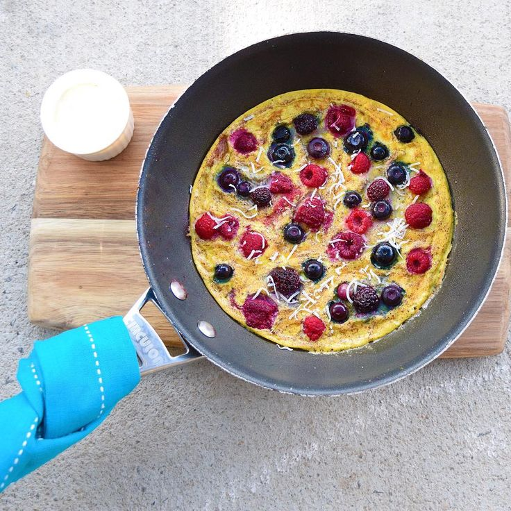 Easy #IQS8WP berry Omelette for breakfast, eaten straight out of the pan with Greek yoghurt and coconut.