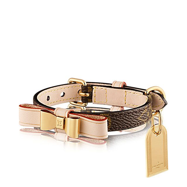 Discover Louis Vuitton Baxter XSmall Dog Collar: The Baxter Xsmall dog collar comes in Monogram canvas. Its removable bow engraved with the LV symbol and customisable metal plate add a touch of elegance to a petite dog.