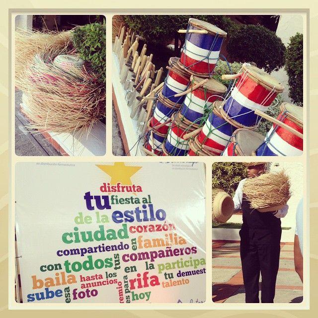 Detalles q encantan y ponen en pila a los invitados  #guira #tambora #sombreros, fueron elementos de recibimiento en esta divertida #fiesta #navideña @centroespanol