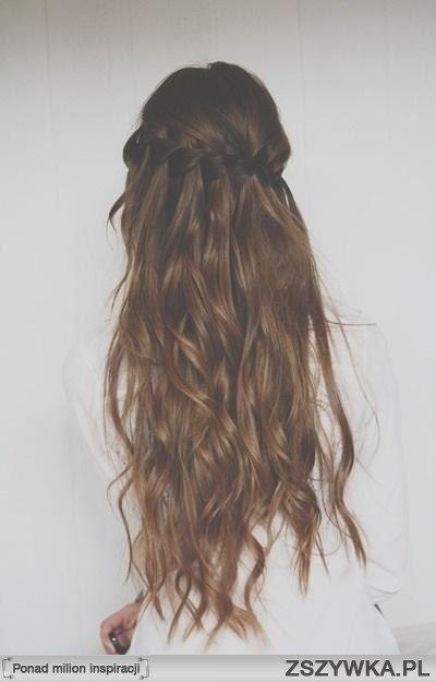 Zobacz zdjęcie Długie, falowane przeplatane włosy. w pełnej rozdzielczości