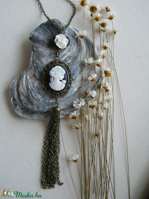 2500,- Különleges, bronzszínű, bojtos vintage nyaklánc fekete-fehér kámeával és fehér rózsával (Pandasapi) - Meska.hu