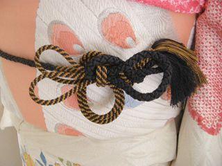 先日私の帯に結んでいた 帯締めの結びかた。 用意するものは 片方が2本に分かれて...
