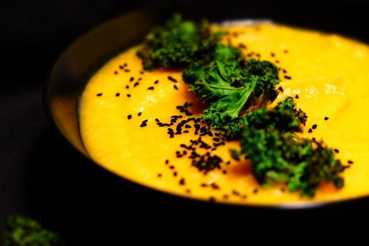 Zupa warzywna z chipsami z jarmużu