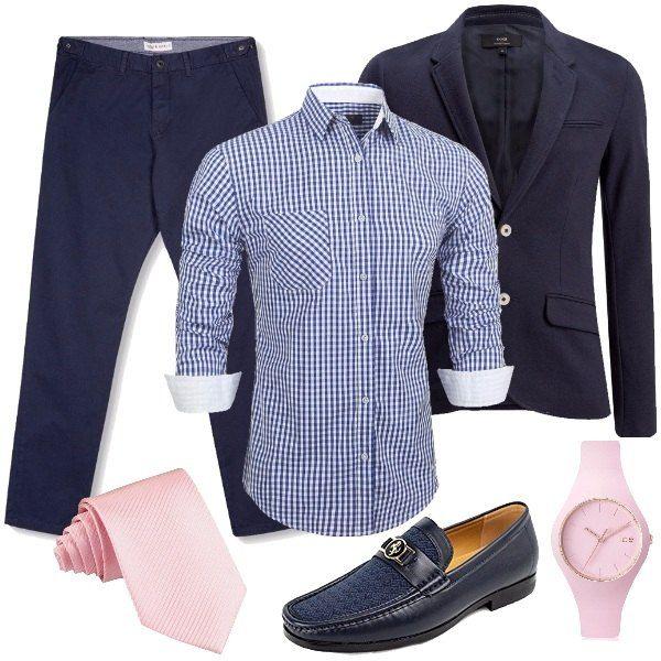 Outfit da uomo caratterizzato dagli accessori in rosa come la cravatta e l'orologio. Consiglio, a chi piace, di indossare il mocassino blu navy con un paio di calze rosa. La giacca e il pantalone sono in blu, mentre la camicia è a quadretti in azzurro.