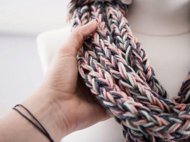 Tutorial fai da te: Come fare una sciarpa di lana senza ferri con il finger knitting  via DaWanda.com