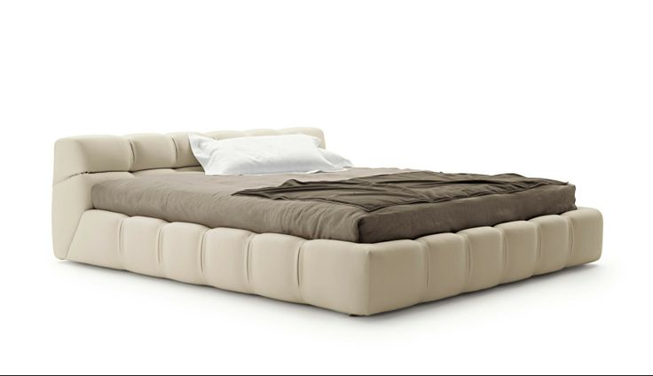 Łóżko Tufty może być tapicerowane skórą lub tkaniną. Dostępne w trzech szerokościach 160, 170 lub 180 cm szerokości. W kolekcji dostępne również inne meble tapicerowane – sofy, pufy. Projekt powstał przy współpracy z B&B Italia. Fot. B&B Italia.