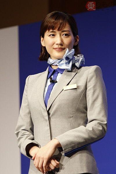 deaa886f39a37d 女優の綾瀬はるかさんがANAのCA制服を着用し、機内の保安・サービス要員 ...