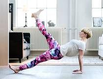Omvänd planka Gört: Sitt på golvet och placera händerna bakom stussen. Spänn kroppen, pressa upp höften och häv dig upp på händerna. Lyft rumpan så att kroppen bildar en rak linje från bröstet till fotryggarna. Stabilisera höften så att den inte tippar åt något håll. För en större utmaning lyfter du ett ben, du behöver inte lyfta högt för att det ska bli tuffare. Byt ben efter en stund, varva benen och stå kvar så länge du kan med god teknik. Vila och upprepa övningen igen.