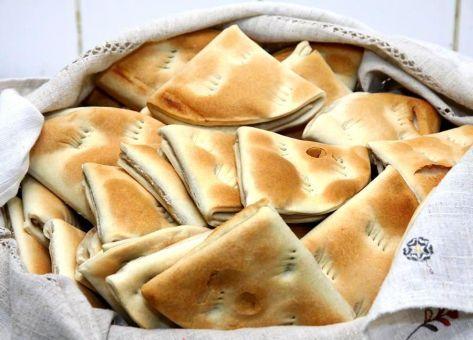 Ideales para comenzar el día, las Dobladitas son un pan típico chileno, elaborado con una masa muy similar a la de nuestras tradicionales empanadas. Acá de