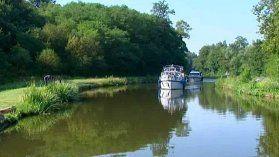 Voyage sur le canal du Centre en Bourgogne Digoin, Montceau-les-Mines, Chagny, Chalon-sur-Saône…Le canal du Centre court sur 112 km à travers le département de Saône-et-Loire. Chaque saison, des milliers de personnes voguent sur ce canal dont la construction a débuté en 1784