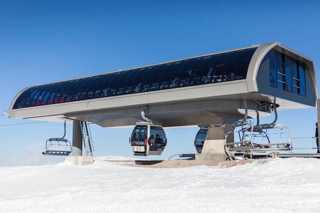 Το πρώτο καλό χιόνι έπεσε στο χιονοδρομικό κέντρο, λίγες μέρες πριν ανοίξει τις πύλες του για να υποδεχθεί το κοινό. Από σήμερα Πέμπτη 24 Δεκεμβρίου 2015, παραμονή Χριστουγέννων, το Χιονοδρομικό ντ…