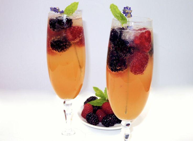 Jednoduchý recept na výbornou osvěžující letní bezovou limonádu s malinami a ostružinami z pouze pěti surovin.