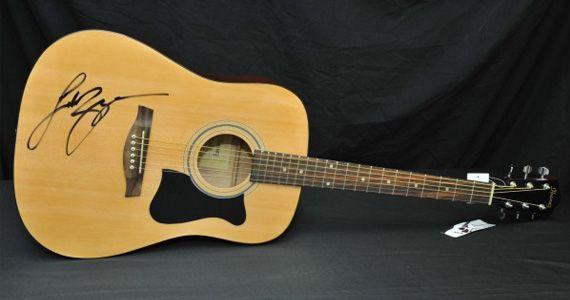 Gagnez une guitare signée Luke Bryan. Fin le 3 septembre.  http://rienquedugratuit.ca/concours/gagnez-une-guitare-signee-luke-bryan/