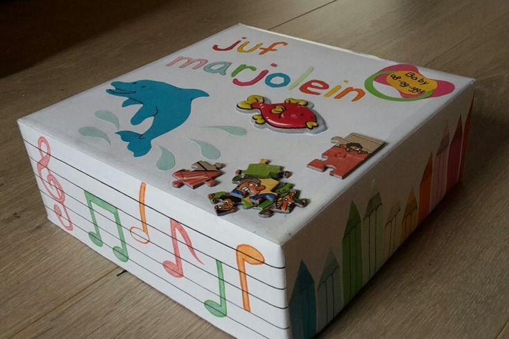 Dit-ben-ik-doos. Wat kunnen de leerlingen allemaal te weten komen over mij? (Naam, leeftijd, huisdier, lievelingsdier, hobby's, sport etc.). Voor elke groep is de activiteit ook educatief. De kleutergroepen kunnen de potloden tellen/ letters herkennen; de bovenbouw kan de muzieknoten ontdekken. In de doos zitten kleurplaten van lege  koffers. De leerlingen mogen hier hun eigen dit-ben-ik-koffer van maken. Welke koffer hoort bij welke leerling? Een leuke en leerzame manier om kennis te maken!