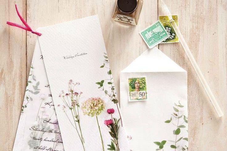 季節の「花」をモチーフに春色カラーで招待状。自分で好きな花の写真を撮影して招待状用の用紙を作れば世界にひとつしかない招待状が完成します♪ゲストの元へと一足早く春の訪れを告げる招待状。当日は春のガーデンを感じる爽やかで優しい雰囲気のナチュラル結婚式を。今回は、「花」をモチーフにした招待状の作り方をご紹介します。
