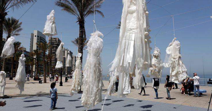 In de Libanese hoofdstad Beiroet hangen langs de boulevard 31 bruidsjurken te wapperen in de wind. De trouwjurken, opgehangen aan galgenkoorden, vormen....