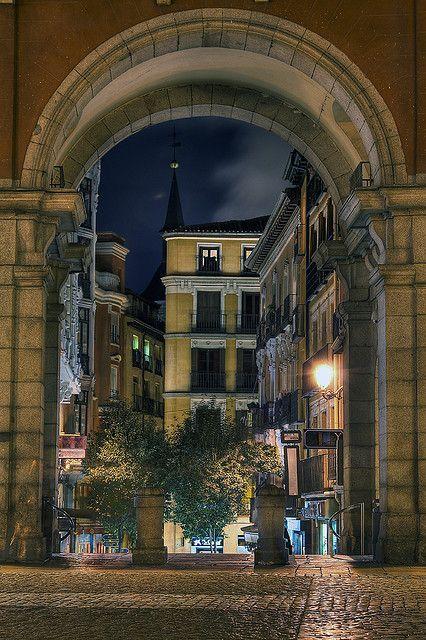 Espiando desde plaza Mayor. MADRID.