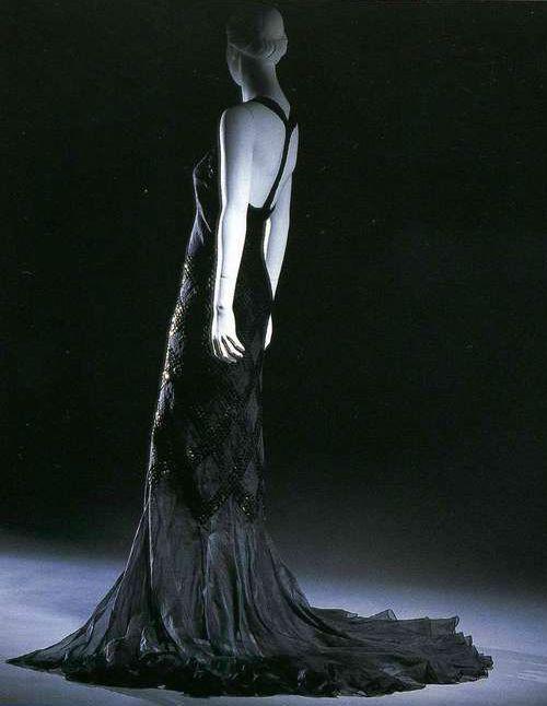 Вечернее платье. Жанна Ланвен, 1934. Черная льняная ткань органди, рисунок «клетка» с вышивкой пайетками-блестками, нижнее платье из крепдешина.