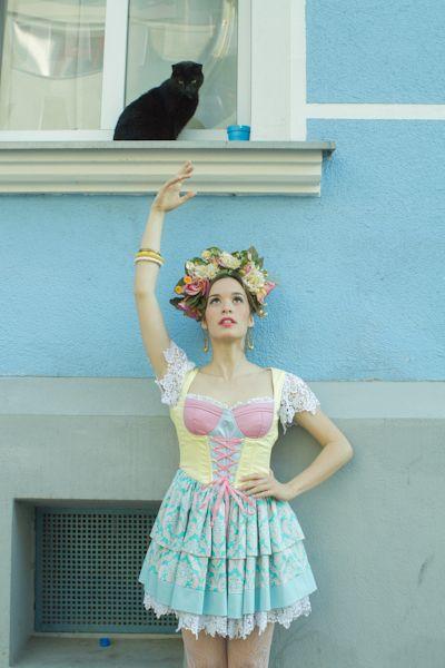 Madame Periné. Tour Huracán. Para este vestuario de verano, Rivas, se inspira en el folclor Europeo y sus semejanzas con la tradición folclórica latinoamericana. Foto: Stefanie Schmid Rincón
